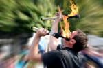Circensische Feuerkunst. Ein Mann jongliert mit brennenden Fackeln