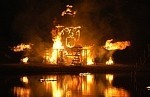 Feuerskulptur. Eine brennende Schiffsskulptur.